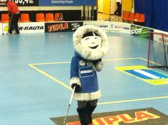 Eskimo maskotti sählymatsissa / Eskimo mascot entertains in the floorball game