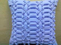 Capa feita em tecido Oxford, com pérolas no centro da flor. Pode ser feita em qualquer cor e tamanho.