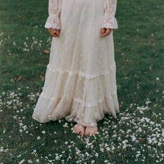 Boho chic wedding idea: lovely vintage dress and nature.