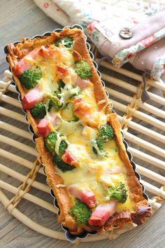 食パンをタルト型に敷き詰めて、キッシュを作ります。 中に入れる具はお好みで。 ブロッコリーや厚切りベーコンなど、下ごしらえの不必要なものを使うと、楽ちんです。