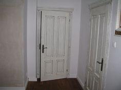 Drzwi wewnętrzne wykonane z jesionu o grubości 4cm. Lakierowane czterokrotnie z patynowaniem. Elementem charakteryzujacym jest parapet w dolnych częściach kasetonów. Wykończenia rzeźbione ręcznie.