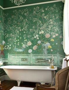 Badezimmer Grüne Tapete Florale Motive Weiße Badewanne Kronleuchter