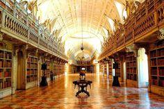 """Biblioteca do Convento de Mafra  É considerada uma das mais belas bibliotecas do mundo. Além disso, os livros estão guardados por """"habitantes"""" muito especiais: morcegos!"""