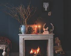 Farrow & Ball Guide to Decorating with Dark Colours Hague Blue Festive Scene – fantastic room avesome Farrow Ball, Dark Walls, Blue Walls, Room Colors, Wall Colors, My Living Room, Living Room Decor, Living Spaces, Cosy Fireplace