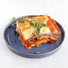 Dit is een vegetarische variant op de klassieke Griekse ovenschotel moussaka. Bomvol groenten en met een lekkere bite van zoete aardappel.