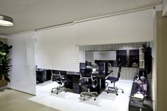 Formada por lâminas suspensas entre duas telas translúcidas -característica das persianas-, a cortina horizontal de tecido (Luss - www.lussdecor.com.br) proporciona o controle da entrada de luz no ambiente e é indicada para a instalação em vão de passagem