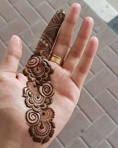 Finding the best simple and easy mehndi designs? I have curated the best top 25 simple mehndi design images. Henna Hand Designs, Dulhan Mehndi Designs, Mehndi Designs Finger, Palm Mehndi Design, Simple Arabic Mehndi Designs, Mehndi Design Pictures, Wedding Mehndi Designs, Mehndi Designs For Girls, Mehndi Designs For Beginners