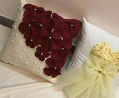 Idéias Sewing Pillows, Diy Pillows, Decorative Pillows, Flower Embroidery Designs, Silk Ribbon Embroidery, Diy Craft Projects, Diy And Crafts, Trousseau Packing, Mermaid Bedroom