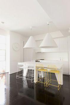 White & minimal kitchen sooooo me! Kitchen Interior, Modern Interior, Interior Architecture, Interior Ideas, Home Design, Kitchen Designs Photo Gallery, Modern Counter Stools, Kitchen Stools, Rustic Kitchen Design