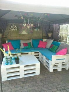 Use Pallet Wood Projects to Create Unique Home Decor Items – Hobby Is My Life Diy Sofa, Diy Pallet Couch, Pallet Garden Furniture, Diy Outdoor Furniture, Diy Furniture, Unique Home Decor, Home Decor Items, Diy Home Decor, Decoration Palette