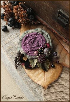 Calling my name! Shabby Flowers, Lace Flowers, Felt Flowers, Crochet Flowers, Fabric Flowers, Fiber Art Jewelry, Textile Jewelry, Fabric Jewelry, Fabric Flower Brooch