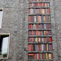 Sanja Medić, a local artist fromLootsstraat, Amsterdam installed 250 ceramic books on thefacade.
