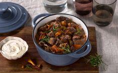 Denne oksegryten er en norsk vri på den franske klassikeren boeuf bourguignon. Rosmarin og sopp gjør gryten til skikkelig varmende høstmat.
