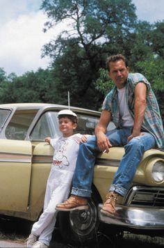 ケビン・コスナー、1993年の映画パーフェクトワールド。耳付きでかなりねじれています。ブーツはレッドウイング? ソールの形状が特徴あります。877ではないです。上のアイレットがUフックに見えます。 A Perfect World, a 1993 film directed by C. Eastwood, and starring Kevin Costner as an escaped convict befriends a young boy. Costner wearing Levi's 501 jeans, pre-mid 80s .