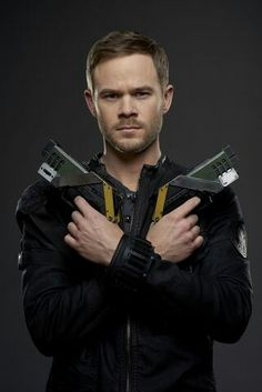 Aaron Ashmore ~ He's tall and very good looking in person, I enjoyed meeting him :)