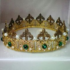 This tiara of pearls and emeralds belonged to Anne Boleyn, one of the wives of Henry Tudor and Elizabeth's mother, Elizabeth of our exhibition Fashion History. Royal Crowns, Royal Tiaras, Crown Royal, Tiaras And Crowns, Princess Crowns, Anne Boleyn, Dinastia Tudor, Elisabeth I, Antique Jewelry