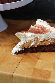 Receita de Bolo de Chocolate, Banana e Caramelo | Delicitas Banoffee Pie, Cheesecakes, Food And Drink, Banana, Desserts, Toffee Recipe, Recipe Of Chocolate Cake, Prune Cake, Baked Brie Puff Pastry