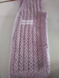 V-Openwork-Weste - Maallure - Carol Loos Baby Knitting Patterns, Diy Embroidery Patterns, Knitting Designs, Knitting Stitches, Diy Crafts Knitting, Diy Crafts Crochet, Easy Knitting, Crochet Dress Girl, Crochet Girls