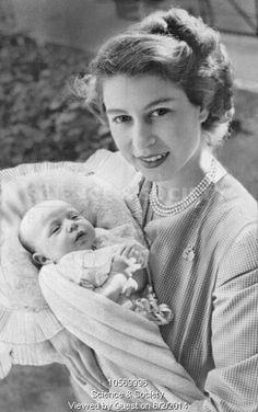 HRH The Princess Elizabeth, Duchess of Edinburgh (later Queen Elizabeth II) with her second child, Princess Anne Die Queen, Hm The Queen, Royal Queen, Her Majesty The Queen, Windsor, Princesa Elizabeth, Prinz Philip, Estilo Real, Anos 60