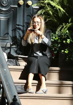 Focused on her feet: Sarah Jessica Parker took a moment Saturday to sit on a stoop and snap photos of the SJP Collection sparkly Mary Jane pumps she was wearing Chic Outfits, Fall Outfits, Sarah Jessica Parker Lovely, Below The Knee Skirt, Kristin Davis, Samantha Jones, Ny Style, Classic Style, Style Finder