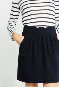 La marinière se porte aussi en mode plus urbain, avec une petite jupe comme chez Claudie Pierlot Cute Skirt Outfits, Cute Skirts, Pretty Outfits, Casual Outfits, Preppy Style, Her Style, Casual Chic, Look Short, Fit Black Women