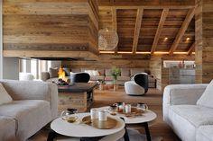 Décentrée, la cheminée crée le lien entre le salon de thé et le lounge. En deuxième plan, table basse Ishi (DePadova). Canapé d'angle (Poliform). Suspension G.r.a. (Terzani).