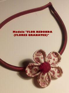 Diadema con flor redonda de tela burdeos