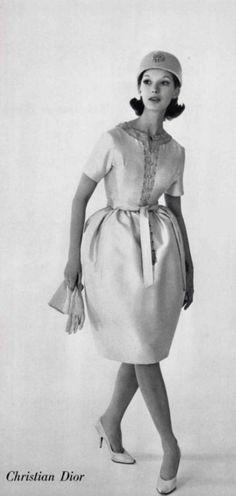 1960 Christian Dior , Petite Robe , en ziberline écru broderie corail et or....