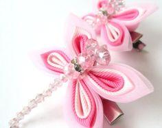 Una de las flores se hace en la técnica de tsumami kanzashi. Caimán tipo pinzas de pelo con mangos antideslizante. Las flores se hacen de cintas de grosgrain.  D de las flores ~ 2 pulgadas (5 cm).  En su petición se puede hacer un fower de coor diferentes combinaciones.  Mis trabajos hechos a mano pueden ser un regalo único para usted, su familia y amigos!  Para más artículos, visite por favor mi tienda Inicio: http://www.etsy.com/shop/JuLVa