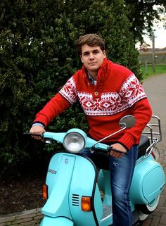 Handmade in Portugal - Fair Fashion - Fair trade kleidung - Stay warm - With Original South - Knitted sweater / Pullover - supporting the Girl Effect - VESPA love