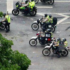 """Por @fotoreporteros -  Foto y texto de  @amramirezy -  Con armas en las manos con escudo robado """"No  Muertes"""" después que acaban de matar a un joven de 17 años en Chacao. #PNB - Delincuentes Asesinos ... #7Jun  #SOSVenezuela  #Resistencia #Paz #Presión contra la #Represión  #Caracas #Venezuela #fotoreportaje #fotoreportaje17  #streetphotovenezuela #fotografosvenezuela #fotoperiodismo #reuters #canon #canonphotography #streetphotography #photojournalism #ig_venezuelan_pro - #photojournal…"""
