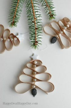 Homemade Essential Oil Diffuser Christmas Tree Ornament - this is great for any essential oil user - use pine or spruce essential oils and boost the Christmas scent on your tree! diy christmas gifts, christmas gifts dyi, cool gifts for christmas Christmas Scents, Christmas Tree Ornaments, Christmas Crafts, Christmas Decorations, Felt Christmas, Christmas Tree Types, Christmas Tree Scent, Pencil Christmas Tree, Xmas