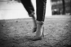 Si existe una combinación perfecta creo que definitivamente es la de los Boyfriend jeans con los clásicos tacos aguja. Ese doblés tosco con esos zapatos estilizados crean una atmósfera delicada que me fascina y una onda muy cool y atractiva...