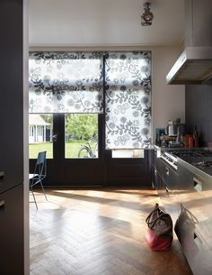 With lots of beautiful fabrics, rich structures and designs, in dozens of colours, for all transparencies. Be inspired by Luxaflex® Roller Blinds. Grey Interior Design, Kitchen Blinds, Grey Room, White Ceiling, Roller Blinds, Window Coverings, Stores, Valance Curtains, Family Room