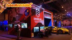 Al lado de la entrada principal peazo de coche y puestos para probar DriveClub en PS4