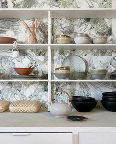 Woontrend 2021: zo haal je de Japandi-trend in huis | vtwonen Douglas Jones, Kitchen Dining, Shelves, Tableware, Classic, Green, Home Decor, Interiors, Derby