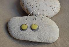 Boucles d'oreilles avec sequin argent et jaune : Boucles d'oreille par libelula-crea