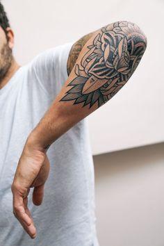 Trendy rose tattoo for men leg flower 52 ideas Elbow Tattoos, Best Sleeve Tattoos, Forearm Tattoos, Body Art Tattoos, Tatoos, Rn Tattoo, Old School Tattoo Designs, Tattoo Designs Men, Rose Tattoos For Women