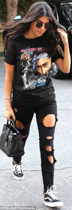 Nice 53 Women Outfits Ideas with Ripped Jeans to Makes You Look Casual. More at http://aksahinjewelry.com/2017/08/22/53-women-outfits-ideas-ripped-jeans-makes-look-casual/