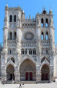 La cathédrale Notre-Dame d'Amiens est la plus vaste cathédrale de France par ses volumes intérieurs (200 000 m3).  elle est considérée comme l'archétype du style gothique classique, comprenant aussi des éléments des phases suivantes du style gothique, du gothique rayonnant (notamment le chevet) et du gothique flamboyant (notamment la grande rosace de la façade occidentale, la tour nord et les stalles). Sa longueur hors œuvre est de 145 mètres et sa hauteur sous voûte de 42,30 mètres
