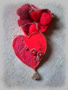 corazón realizado en tela y bordado.