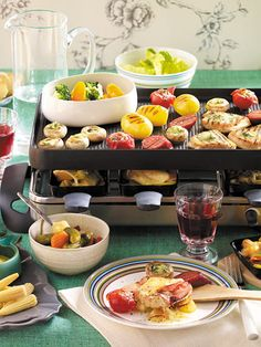 Our popular recipe for gourmet raclette and over more free recipes on LECKER. Fondue Raclette, Raclette Party, Fondue Party, Raclette Ideas Dinner Parties, Raclette Originale, Appetizer Recipes, Snack Recipes, Party Finger Foods, Xmas Food