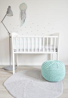 Kołyska - mini-łóżeczko to niezwykle stylowe miejsce snu dziecka w pokoju rodziców przez pierwsze miesiące jego życia. Niewielkie rozmiary pozwalają zmieścić kołyskę nawet w niedużej sypialni lub dostawić do łóżka rodziców, dzięki czemu dziecko łatwiej zasypia. Dzięki swej stabilnej konstrukcji jest bardzo bezpieczna. Cribs, Classic, Cots, Derby, Bassinet, Baby Crib, Classic Books, Crib, Baby Bedding