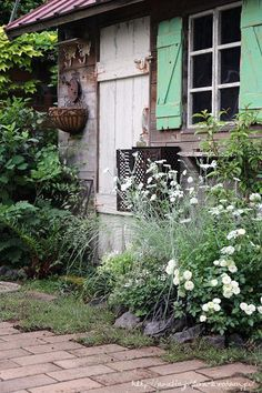 Affordable And Effective Cottage Garden Designing Methods For Your Home Your home is your world, and much like the world around us, looks are important. Small Gardens, Outdoor Gardens, Unique Cottages, Greenhouse Shed, Cottage Porch, House Of Beauty, Mediterranean Garden, Green Landscape, Natural Garden