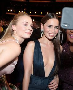 Sophie Turner & Emilia Clarke (Emmy Awards, Sophie Turner & Emilia Clarke (Emmy Awards, Get more photo about subject related with by looki. Emilia Clarke, Sophia Turner, Game Of Thrones Cast, Vera Wang Wedding, Female Dragon, Sansa Stark, Maisie Williams, English Actresses, Jesse Metcalfe