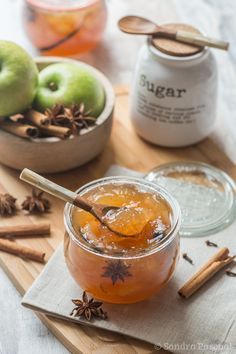 A delicious apple jam with spices (cinnamon, vanilla and anise) Sweets Recipes, Apple Recipes, Desserts, Vanilla Recipes, Chutneys, Brunch Dessert Recipe, Apple Jam, Spiced Apples, Vegetable Drinks