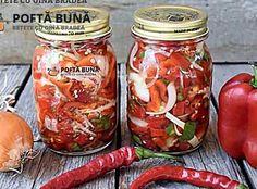 Salata picanta de ardei iuti cu ceapa si gogosari Canning Pickles, Mole, Preserves, Delish, Mason Jars, Food And Drink, Stuffed Peppers, Vegetables, Cooking