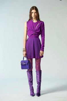 Versus Versace Pre-Fall 2018 Collection Photos - Vogue Pantone of the year 2018 - Ultra Violet Purple colour violet couleur Fashion Mode, Look Fashion, Fashion News, Runway Fashion, High Fashion, Fashion Design, Autumn Fashion 2018, Purple Fashion, Colorful Fashion