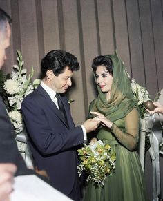 Elizabeth Taylor and Eddie Fisher during their 1959 Las Vegas wedding. Fourth Marriage Celebrity Wedding Photos, Celebrity Wedding Dresses, Wedding Dress Styles, Celebrity Weddings, Wedding Gowns, Modest Wedding, Mia Farrow, Elizabeth Taylor, Allison Williams