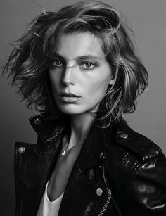 It's time to do the side part! Hair gets sophisticated this season thanks to the side part.Here's my favorite side parts from Fashion EditorialsOne of my favorite models Daria Werbowy chopped her hair and flipped it! Daria Werbowy, Corte Y Color, Great Hair, Awesome Hair, Hair Day, Short Hair Cuts, Short Wavy, Long Bob, Wavy Lob